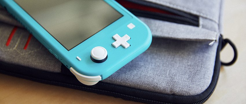 Nintendo Switch Lite на рюкзаке